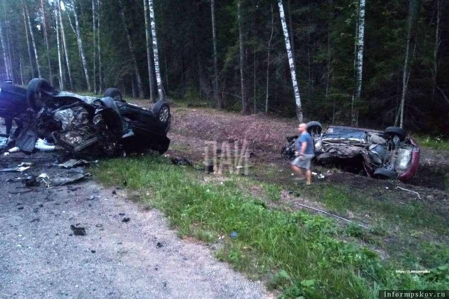 После лобового столкновения в Плюсском районе погибли три человека. Фото пресс-службы УМВД России по Псковской области