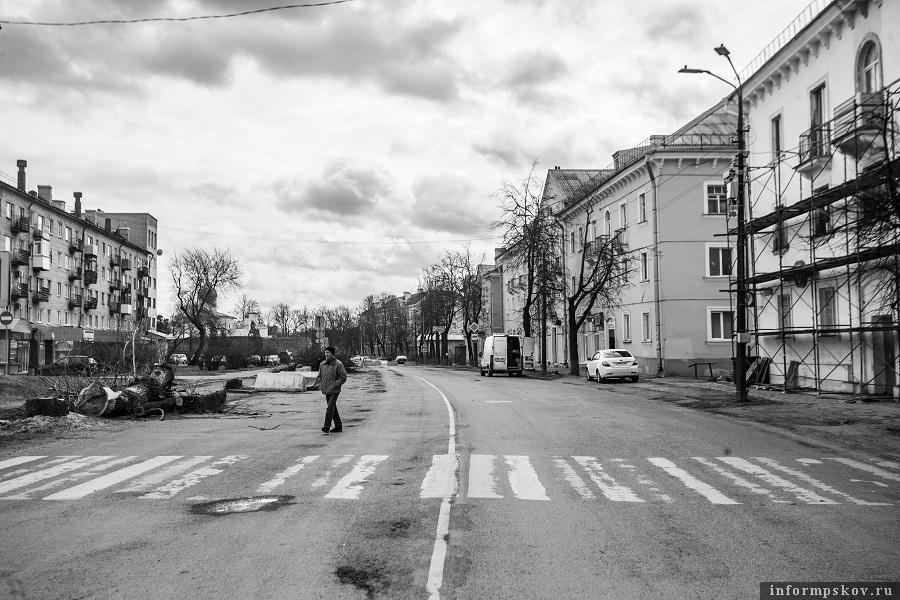 Улица Леона Поземского в Пскове. Апрель 2021 года. Фото Арсения Тимашова