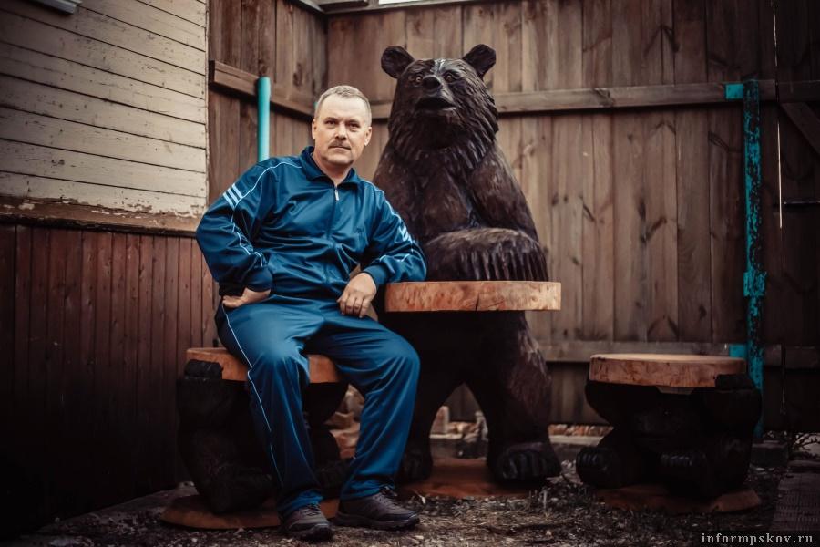 Андрей Андреев вырезал фигуры для Полистовского заповедника. Вконтакте