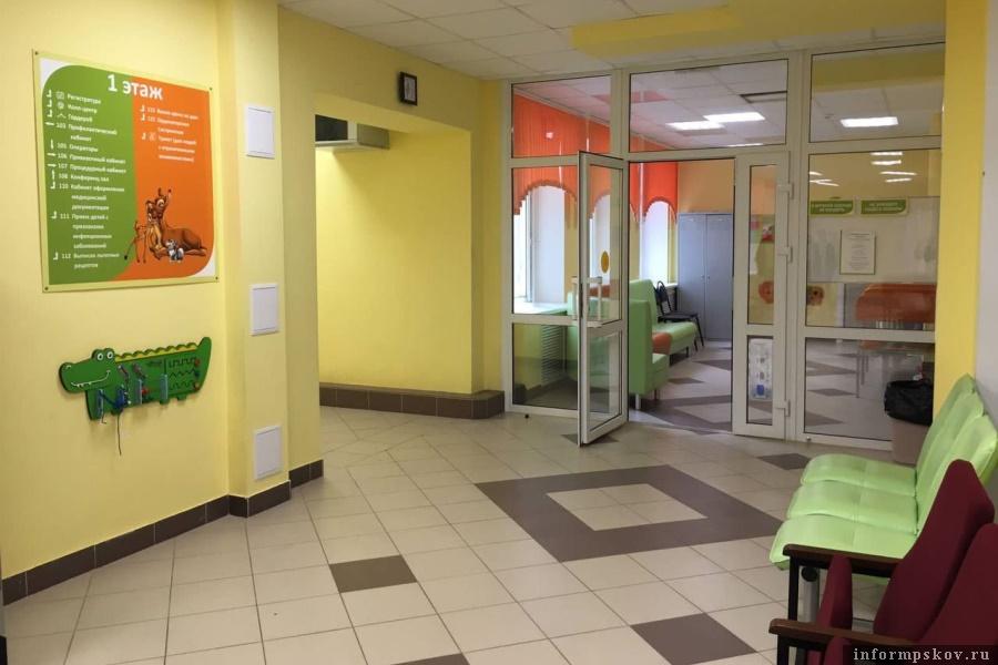 Обновлённая поликлиника встретила великолукских детишек. Фото Великуолукская правда. Новости
