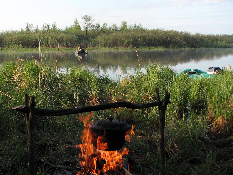 Какой ночлег на рыбалке без ухи! На этот раз мы с вечера рыбу не поймали, но выручили местные жители. Фото автора.