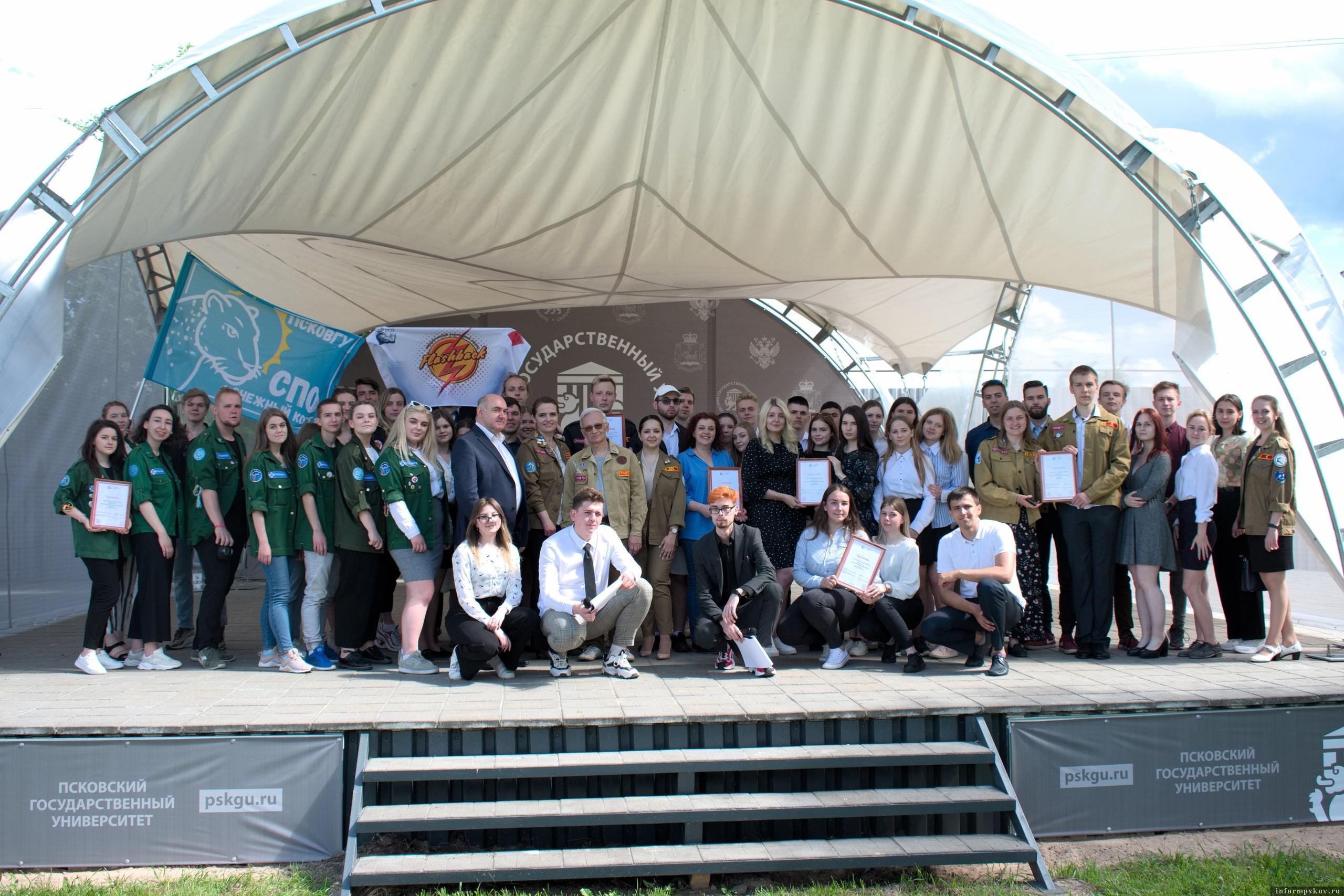 Бойцы студенческих отрядов Псковской области на линейке отрытия трудового семестра 2021 года