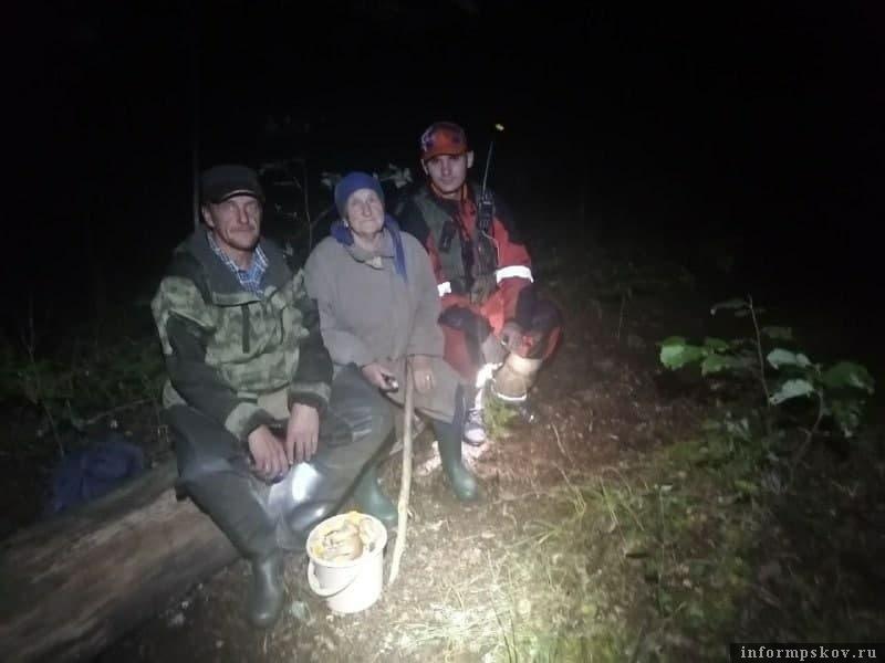 На снимке  — Валентина Николаева после чудесного обнаружения с племянником и одним из поисковиков отряда. Фото волонтёров поискового отряда.