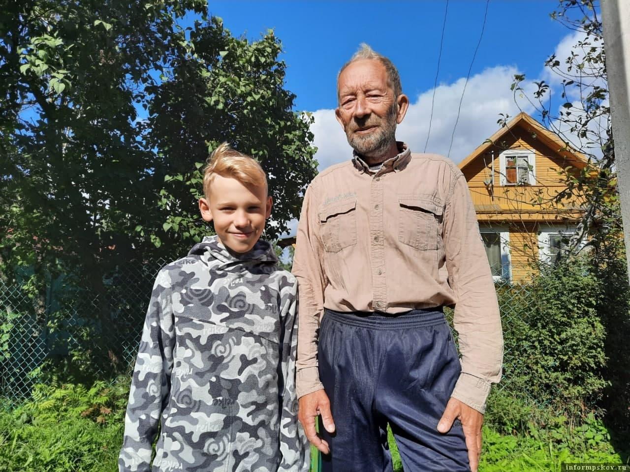 Фото Ксении Волковой. Вместе с дедушкой Женей внук Рома без раздумий отправился на выручку потеряшкам.
