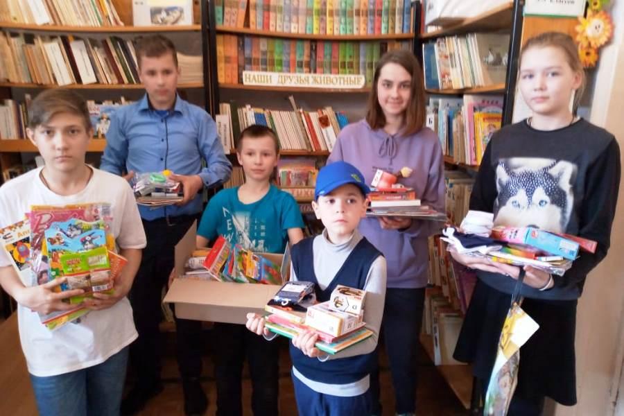 Среди нуждающихся детей распределили школьные канцтовары. Фото Псковское региональное отделение РКК