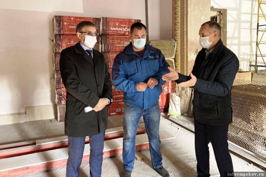 Василий Осипов проинспектировал ремонт школы искусств в Невеле.. Фото Невельский вестник