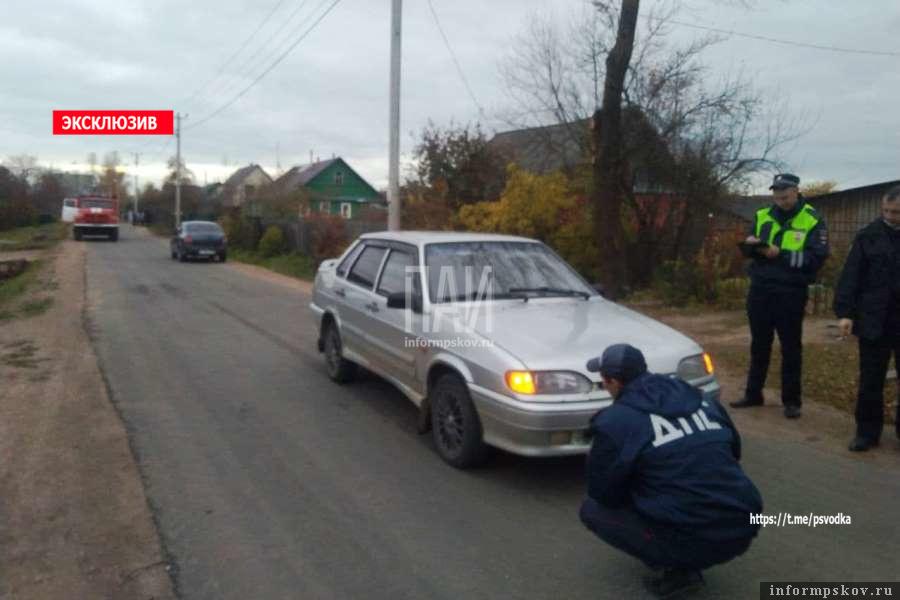 Сотрудники ДПС осмотрели автомобиль. Фото Сельская новь
