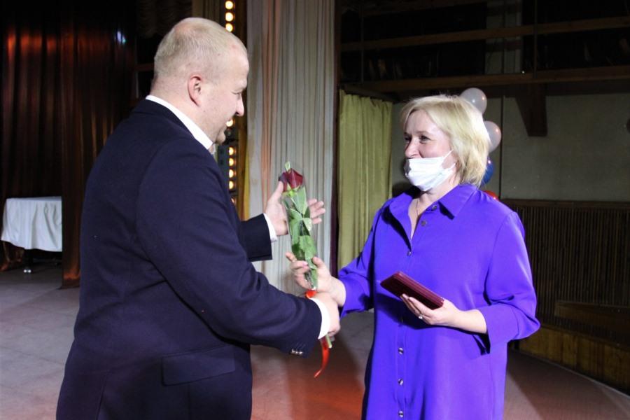 Борис Елкин поздравил педагогов и вручил почётные награды. Фото пресс-служба администрации Пскова