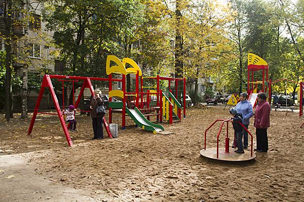 На фото: детская площадка