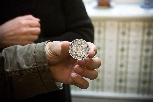 На фото: та самая монетка