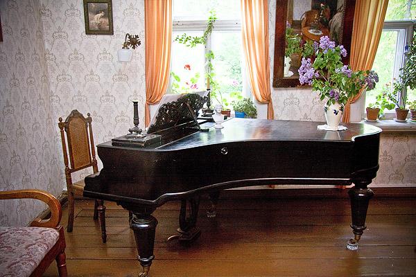 На фото: рояль на хрустальных шарах