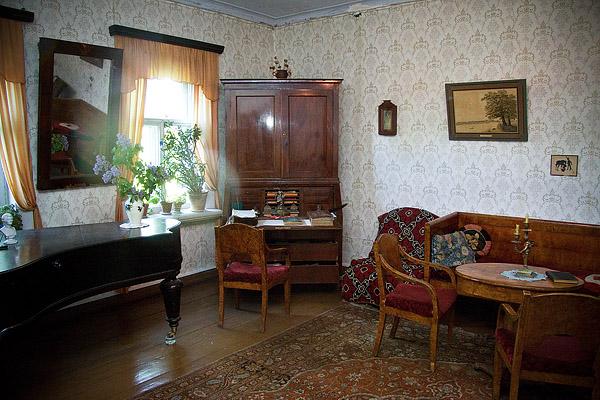 На фото: комната и персидский ковёр на полу