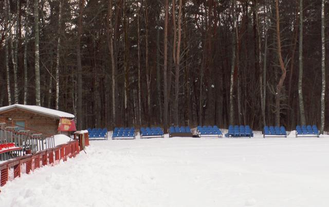 На фото: установка дополнительных трибун для зрителей в районе биатлонного стрельбища