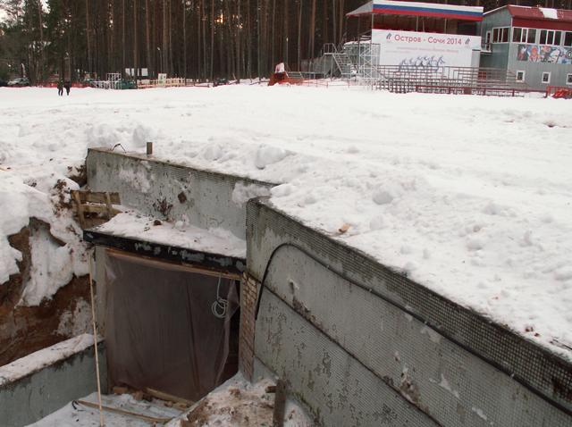 На фото: подготовка к запуску освещения в подземном тоннельном переходе