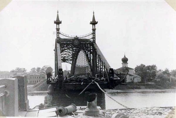 Взорванный мост Красной армии в Пскове. Вид с правого берега. Июль 1941 г.