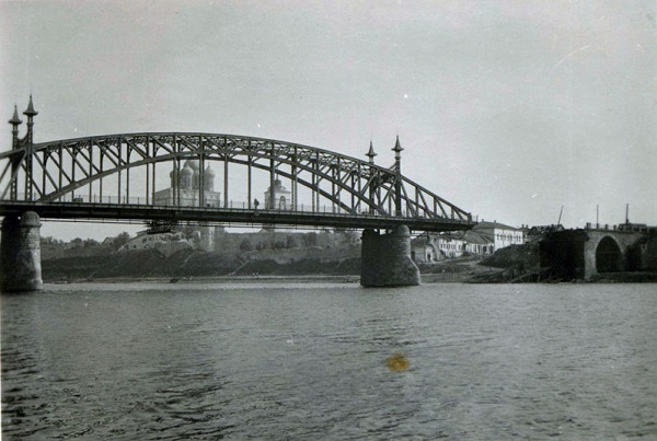 Вид на взорванный мост Красной армии с левого берега. Июль 1941. Фото из коллекции Вячеслава Волхонского.