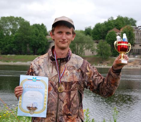 На фото: Василий Кротюк – лучший рыболов-поплавочник Пскова 2013 года