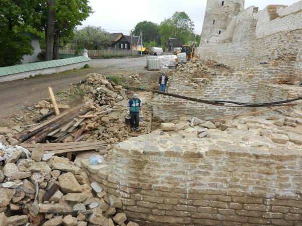 Теперь в Изборске необходимо очистить территорию от строительного мусора. Фото автора.