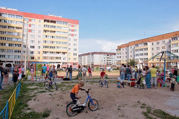На дальнем Завеличье живет много семей с маленькими детьми, но для них совершенно нет мест для прогулок, не хватает детсадов
