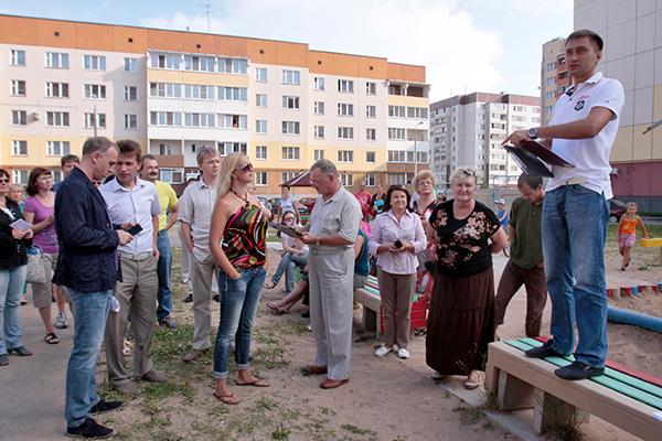 Начало схода. Его ведущий Сергей Колесников вещает с импровизированной трибуны