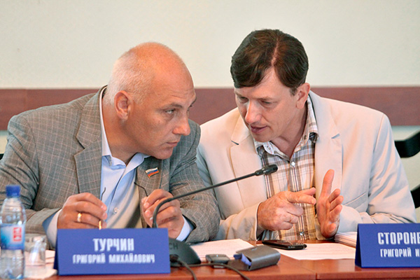 Григорий Турчин (слева) счел смету расходов гордумы на 2014 год никудышной