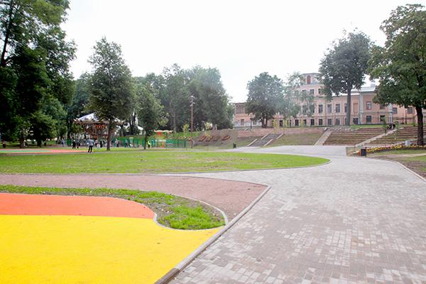 В этом месте по первоначально продемонстрированным общественности планам должна была разместиться площадка для катка