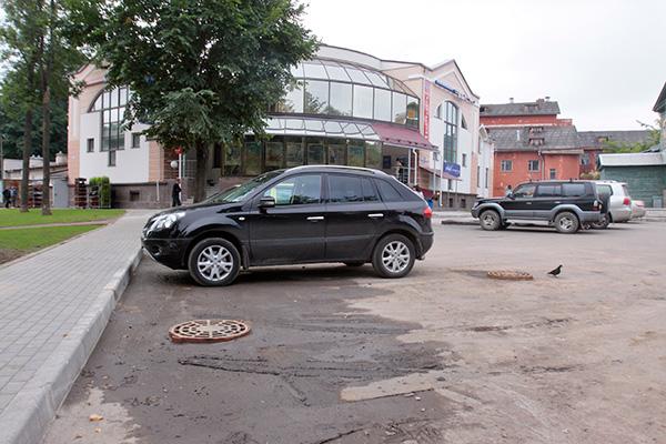 Парковку возле офиса ВТБ обещают покрыть вторым слоем асфальта
