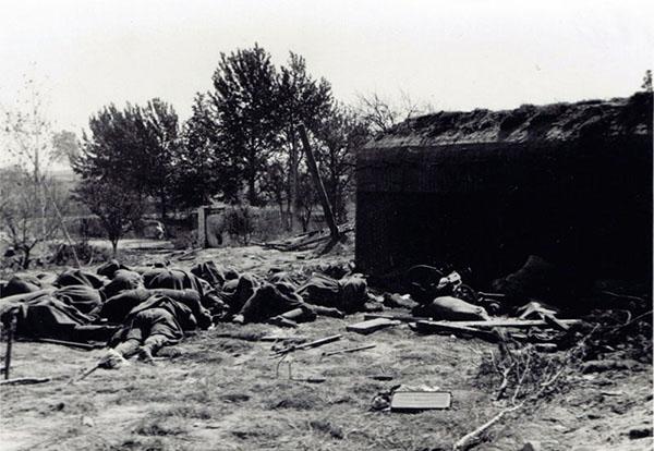 Погибший гарнизон одного из ДОТ. Фото из альбома 122-й пехотной дивизии. Подписано «Бункер у Заситино». Вечная память павшим за Родину.