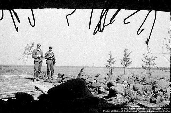 """Есть основания предполагать, что немцы расстреляли сдавшийся в плен гарнизон блокированной огневой точки. Даже среди эсовцев"""" """"Мертвую голову"""" считали отморозками. К примеру, 26 мая 1940 года солдаты """"Мертвой головы"""" во Франции, в деревне Ле Паради расстреляли 97 сдавшихся британских солдат, перед этим упорно оборонявших ферму. Фото сделанно фотографом SS-Kriegsberichter Baumann'ом (дивизия СС Мертвая голова). US National Archives and Records Administration (NARA), с сайта www.kriegsberichter-archive.com"""