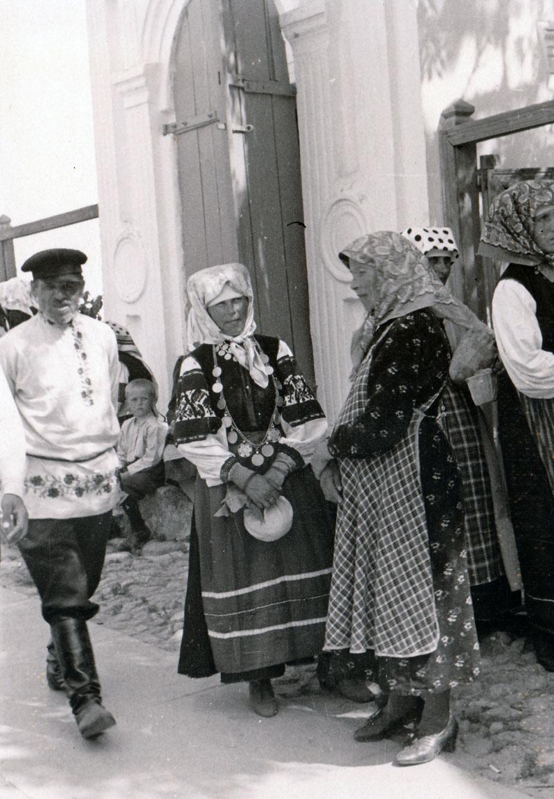 Печоры, начало июля 1941. У входа в Псково-Печерский монастырь. Женщины в традиционных национальных костюмах народности сету. Предположительно они идут на воскресную службу.