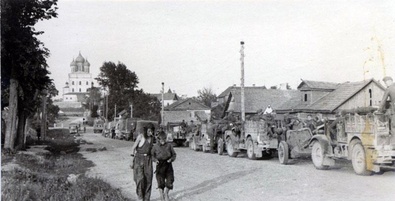 Колонна PanzerJ?ger Abteilung 158 на Коммунальной улице в Пскове. Bedford MWD 15cwt буксируют 37-мм противотанковые орудия PAK-35/36. Фото из коллекции Вячеслава Волхонского.