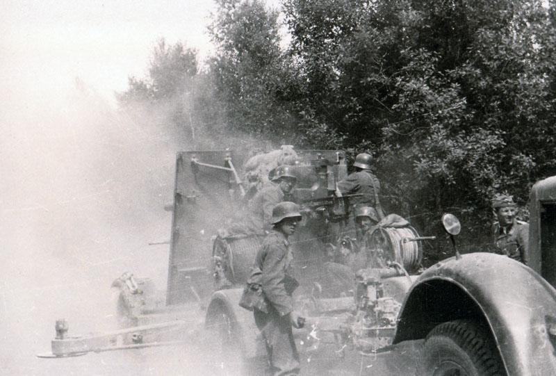 Боевая группа 58-ой пехотной дивизии, усиленная 8,8-см зенитной пушкой FlaK 37 из зенитного полка FlakRgt 36. на шоссе Псков-Гдов. На дороге, видимо, возникла ситуация, вызвавшая необходимость немедленно открыть огонь. Огонь ведется из походного положения, боковые упоры раскинуты, но не стабилизированы.
