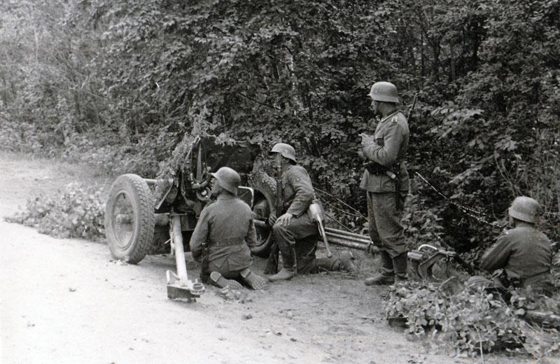 3,7 cm Panzerabwehrkanone 35/36 из PanzerJ?ger Abteilung 158 на позиции на шоссе Псков-Гдов.
