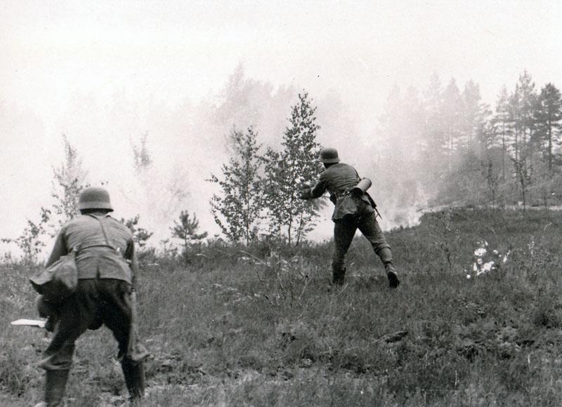 Отступая части Красной армии часто поджигали лес. Хотя, возможно, пожар мог возникнуть в результате обстрела.