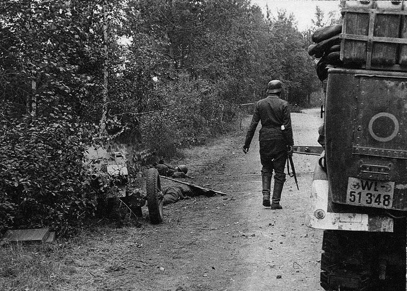 Противник, по которому вел огонь FlaK (вместе с тягачем стоит рядом). По всей видимости, этот погибший расчет 45-мм противотанковой пушки образца 1937 года (53-К) из состава 191-го отдельного истребительно-противотанкового дивизиона 118-й стрелковой дивизии.  Вечная память павшим героям.