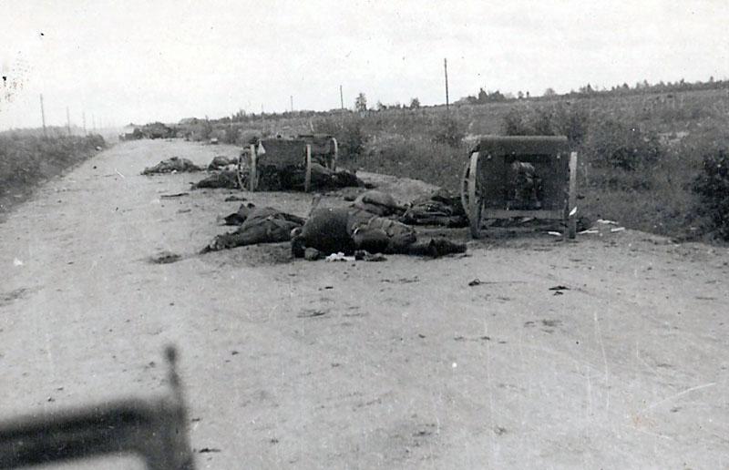 Артиллерийские засады были действенным способом замедлить продвижение немцев на лесной дороге. Этот расчет орудия задержал немцев ценой своей жизни.
