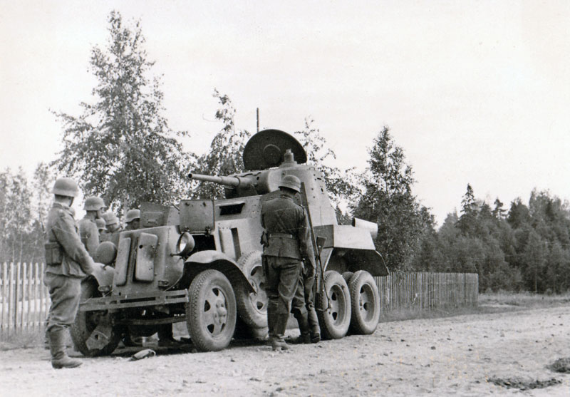 Подбитый бронеавтомобиль БА-10М, вероятно из 132-го отдельного разведбата 118-й стрелковой дивизии.