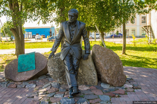 На фото: памятник Зиновию Гердту