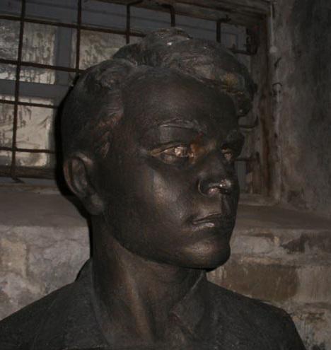 На фото: бюст Олега Кошевого в мемориальной музее в городе Ровеньки (Украина)