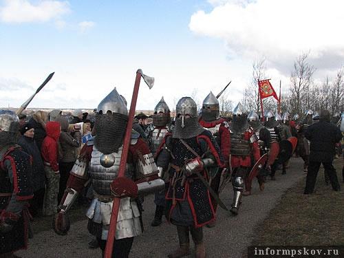 На фото: русские воины на параде в честь Дня воинской славы России.