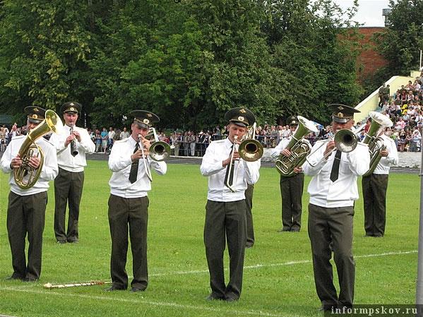 На фото: плац-парад оркестра.