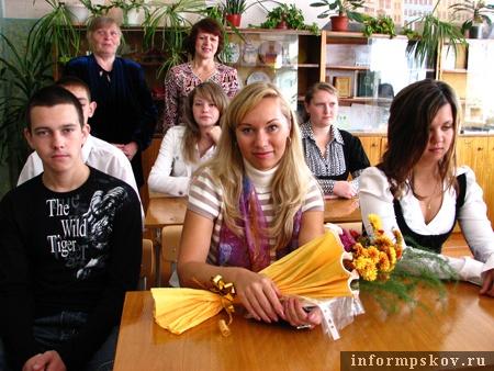 На фото: Анастасия Мяльсон (в центре) с учащимися Полонской школы