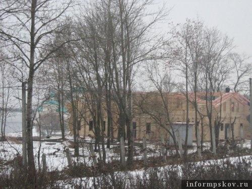 На фото: строительство кафе у Мирожского монастыря в Пскове