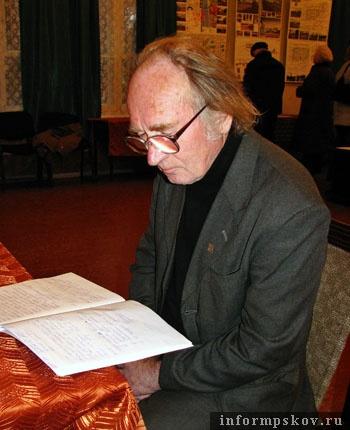 Борис Пославский читает книгу отзывов о конкурсных проектах реконструкции площади Ленина.
