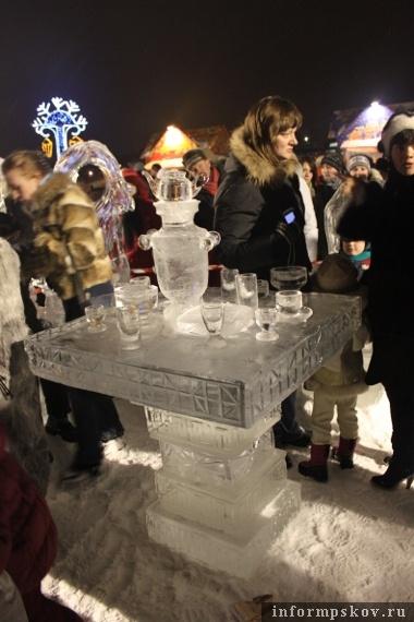 На фото: ледяная скульптура.