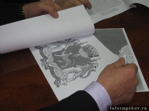 На фото: проект герба Пскова.