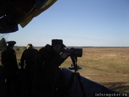 На фото: Игорь Виноградский наблюдает за ходом учений