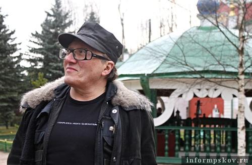 На фото: Михаил Шемякин в Псково-Печерском монастыре.