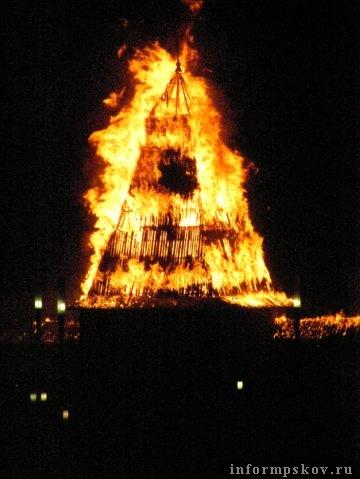На фото: горит Власьевская башня (фото форумчан)