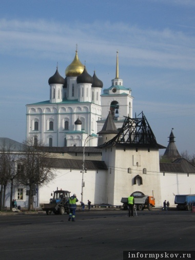 На фото: сгоревшая Рыбницкая башня Псковского кремля